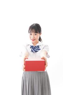 プレゼントを渡す学生の写真素材 [FYI04718660]