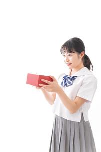 プレゼントを渡す学生の写真素材 [FYI04718665]