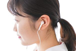リスニング・音楽を聞く学生の写真素材 [FYI04718687]