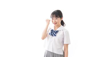 ガッツポーズをする制服姿の学生の写真素材 [FYI04718688]