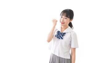 ガッツポーズをする制服姿の学生の写真素材 [FYI04718693]