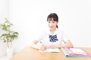 勉強をする学生の写真素材 [FYI04718707]