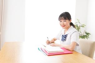 勉強をする学生の写真素材 [FYI04718712]