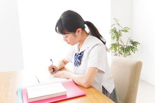 勉強をする学生の写真素材 [FYI04718717]
