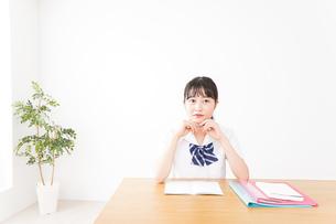 勉強をする学生の写真素材 [FYI04718720]