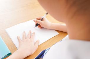 勉強をする学生の写真素材 [FYI04718721]