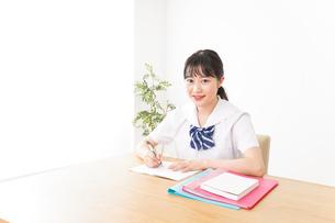 勉強をする学生の写真素材 [FYI04718722]