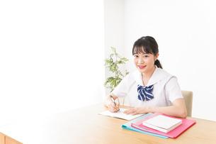 勉強をする学生の写真素材 [FYI04718727]