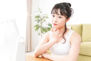 スキンケアをする若い女性の写真素材 [FYI04718733]