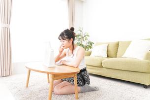 スキンケアをする若い女性の写真素材 [FYI04718750]