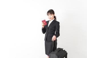 海外出張に行く若いビジネスウーマンの写真素材 [FYI04718788]