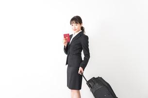 海外出張に行く若いビジネスウーマンの写真素材 [FYI04718790]