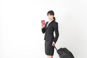 海外出張に行く若いビジネスウーマンの写真素材 [FYI04718791]