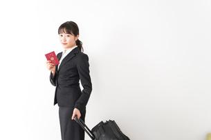 海外出張に行く若いビジネスウーマンの写真素材 [FYI04718792]