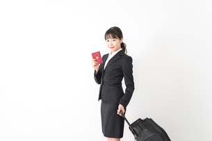 海外出張に行く若いビジネスウーマンの写真素材 [FYI04718794]