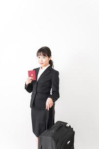 海外出張に行く若いビジネスウーマンの写真素材 [FYI04718796]