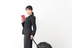 海外出張に行く若いビジネスウーマンの写真素材 [FYI04718797]