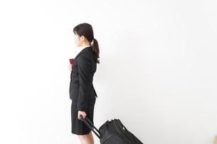 海外出張に行く若いビジネスウーマンの写真素材 [FYI04718799]