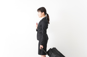 海外出張に行く若いビジネスウーマンの写真素材 [FYI04718800]