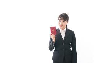 海外出張に行く若いビジネスウーマンの写真素材 [FYI04718803]