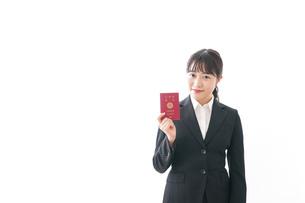 海外出張に行く若いビジネスウーマンの写真素材 [FYI04718804]