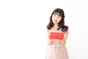 プレゼントを渡す若い女性の写真素材 [FYI04718810]