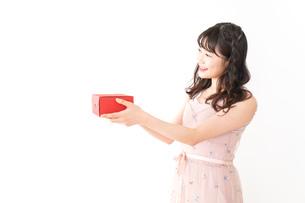 プレゼントを渡す若い女性の写真素材 [FYI04718812]