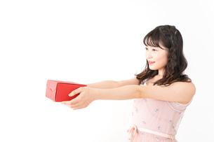 プレゼントを渡す若い女性の写真素材 [FYI04718815]