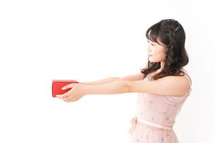 プレゼントを渡す若い女性の写真素材 [FYI04718818]