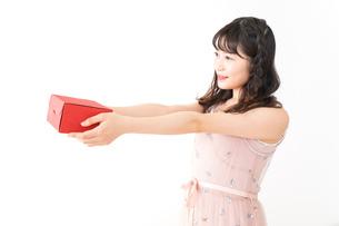 プレゼントを渡す若い女性の写真素材 [FYI04718819]