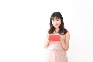 プレゼントを渡す若い女性の写真素材 [FYI04718821]