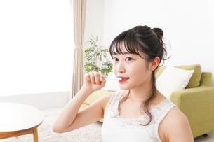 歯磨きをする若い女性の写真素材 [FYI04718853]