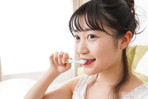 歯磨きをする若い女性の写真素材 [FYI04718854]
