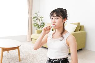 歯磨きをする若い女性の写真素材 [FYI04718856]