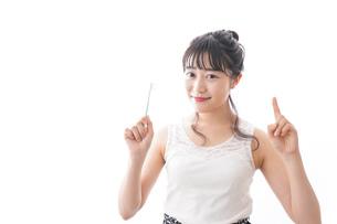 歯磨きをする若い女性の写真素材 [FYI04718873]