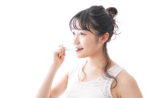 歯磨きをする若い女性の写真素材 [FYI04718875]