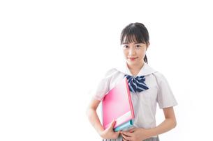 ファイルを持つ制服姿の学生の写真素材 [FYI04718892]