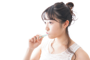 歯磨きをする若い女性の写真素材 [FYI04718893]