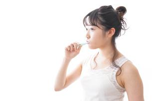 歯磨きをする若い女性の写真素材 [FYI04718894]