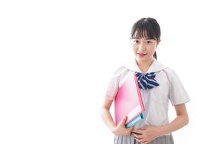 ファイルを持つ制服姿の学生の写真素材 [FYI04718897]