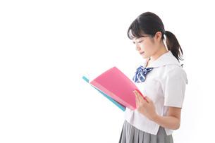 ファイルを持つ制服姿の学生の写真素材 [FYI04718906]