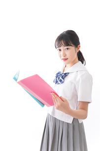 ファイルを持つ制服姿の学生の写真素材 [FYI04718912]