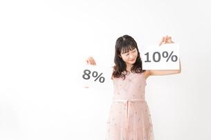 消費増税を心配する若い女性の写真素材 [FYI04718948]