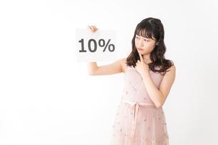 消費増税を心配する若い女性の写真素材 [FYI04718953]