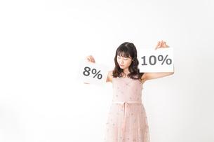 消費増税を心配する若い女性の写真素材 [FYI04718959]