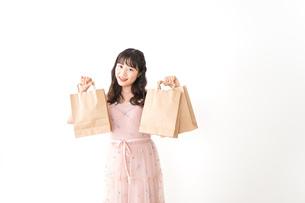 ショッピングをする若い女性の写真素材 [FYI04718960]