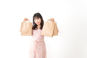 ショッピングをする若い女性の写真素材 [FYI04718961]
