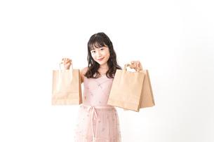 ショッピングをする若い女性の写真素材 [FYI04718963]