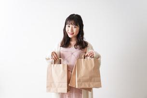 ショッピングをする若い女性の写真素材 [FYI04718964]