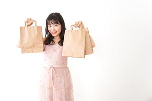 ショッピングをする若い女性の写真素材 [FYI04718965]